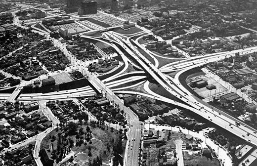 Los Angeles Freeways, The Four Level, 1954, ett år efter öppnandet. Courtesy of the Dick Whittington Photography Collection, USC Libraries.